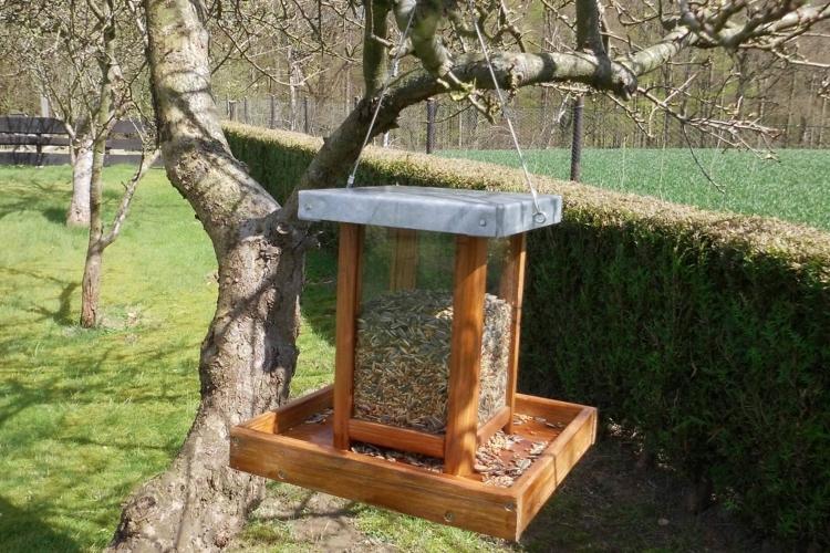 vogelfutterspender zum aufh ngen bauanleitung zum selberbauen 1 2 deine heimwerker. Black Bedroom Furniture Sets. Home Design Ideas