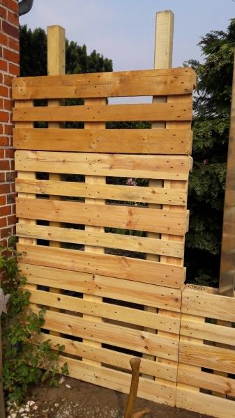 paletten recycling sichtschutz bauanleitung zum selberbauen 1 2 deine heimwerker. Black Bedroom Furniture Sets. Home Design Ideas