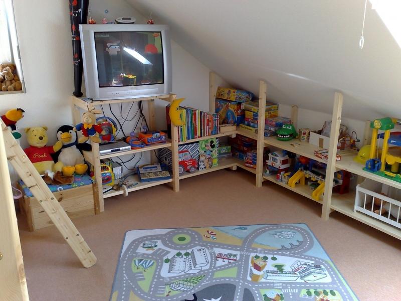 Regale und Kleiderschrank für Kinderzimmer mit Dachschräge ...
