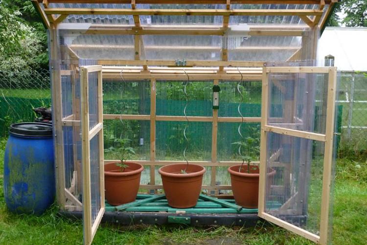 bau eines stabilen tomatenhauses aus gehobelten latten. Black Bedroom Furniture Sets. Home Design Ideas