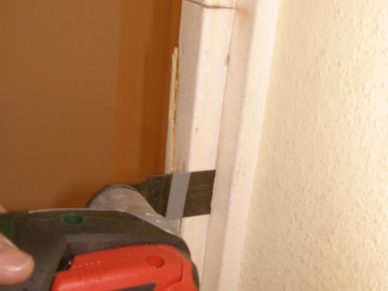 Reparatur eines Türrahmens im Bereich des Schließbleches ...